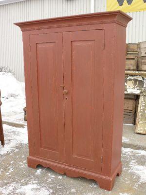 Armoire antique en pin, portes à panneaux soulevés 1