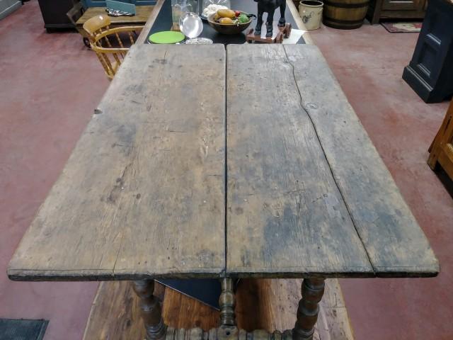 Table datant du régime Français, esprit Louis XIII, piétement exceptionnel 3