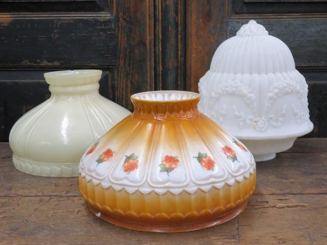 Globes, abats-jour le blanc en arrière vendu 1