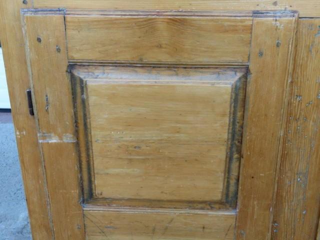 Petite armoire-bahut ornée de 8 caissons soulevés en double reliefs 5