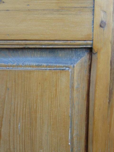 Petite armoire-bahut ornée de 8 caissons soulevés en double reliefs 4