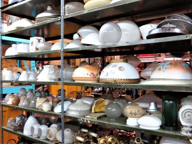Plusieurs globes de lustre, lampe et plafonnier 1