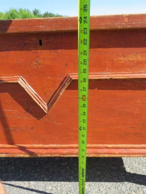 Coffre en pin ceinturé d'une moulure en V, clous carrés 4