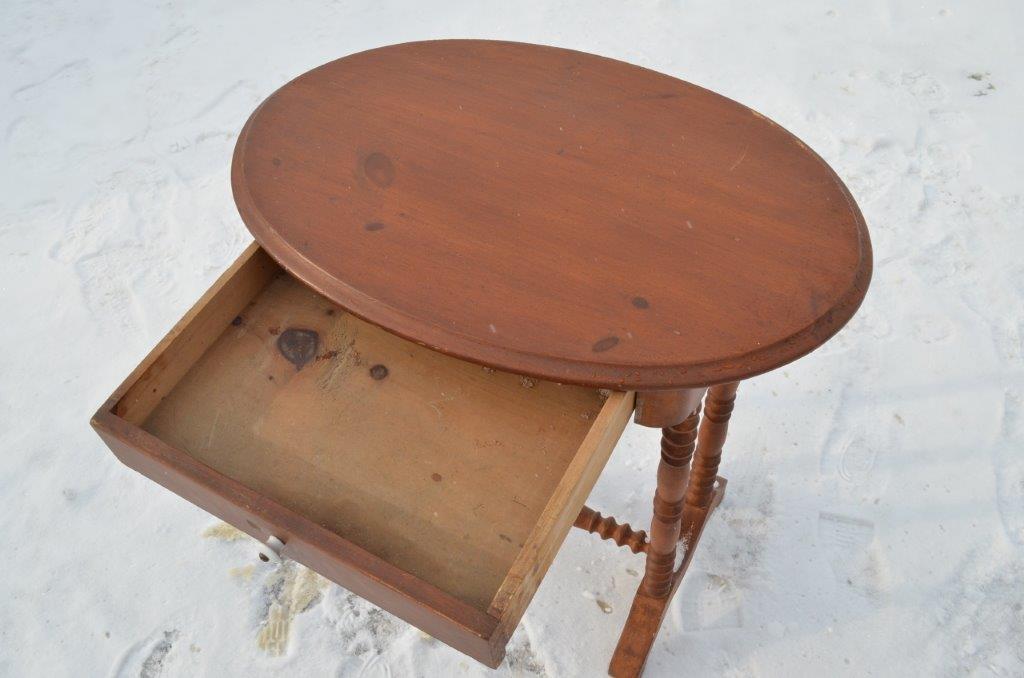 petite table en pin avec tiroir. Black Bedroom Furniture Sets. Home Design Ideas