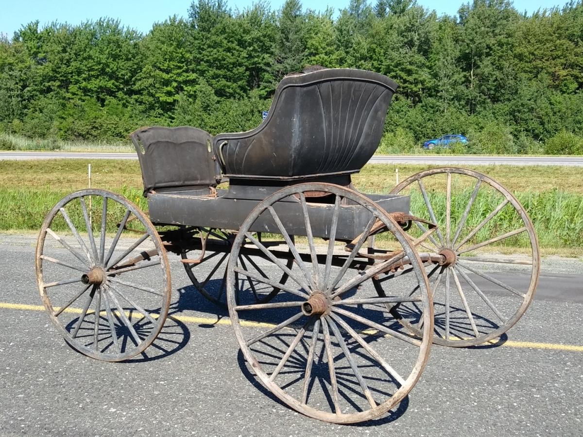 Ancienne voiture à chevaux, calèche, buggy 4