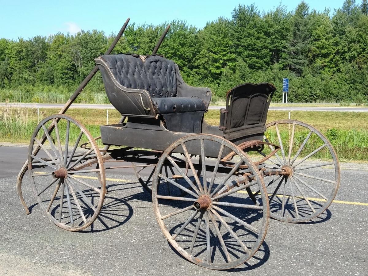 Ancienne voiture à chevaux, calèche, buggy 1