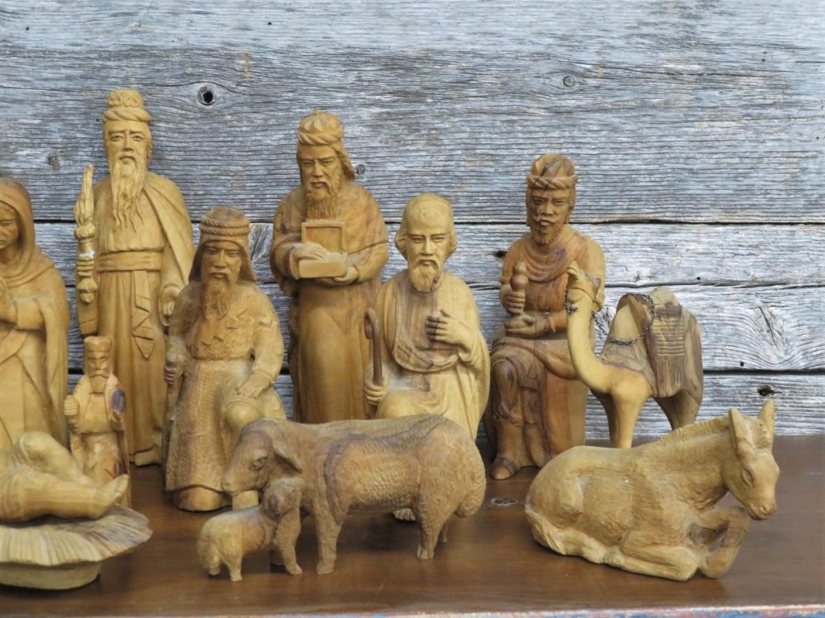 Personnages de crèche sculptés en bois d'olivier 2