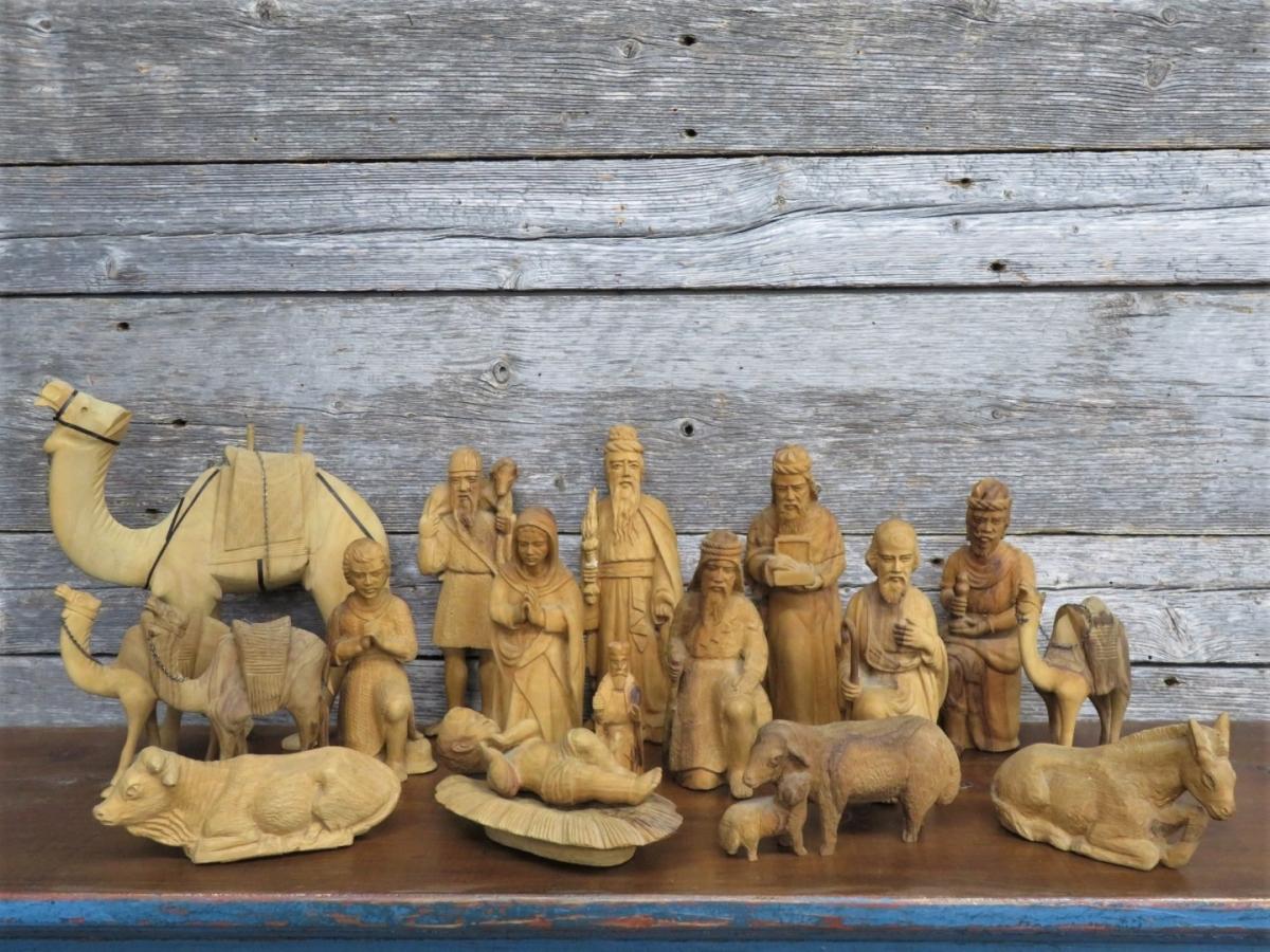 Personnages de crèche sculptés en bois d'olivier 1
