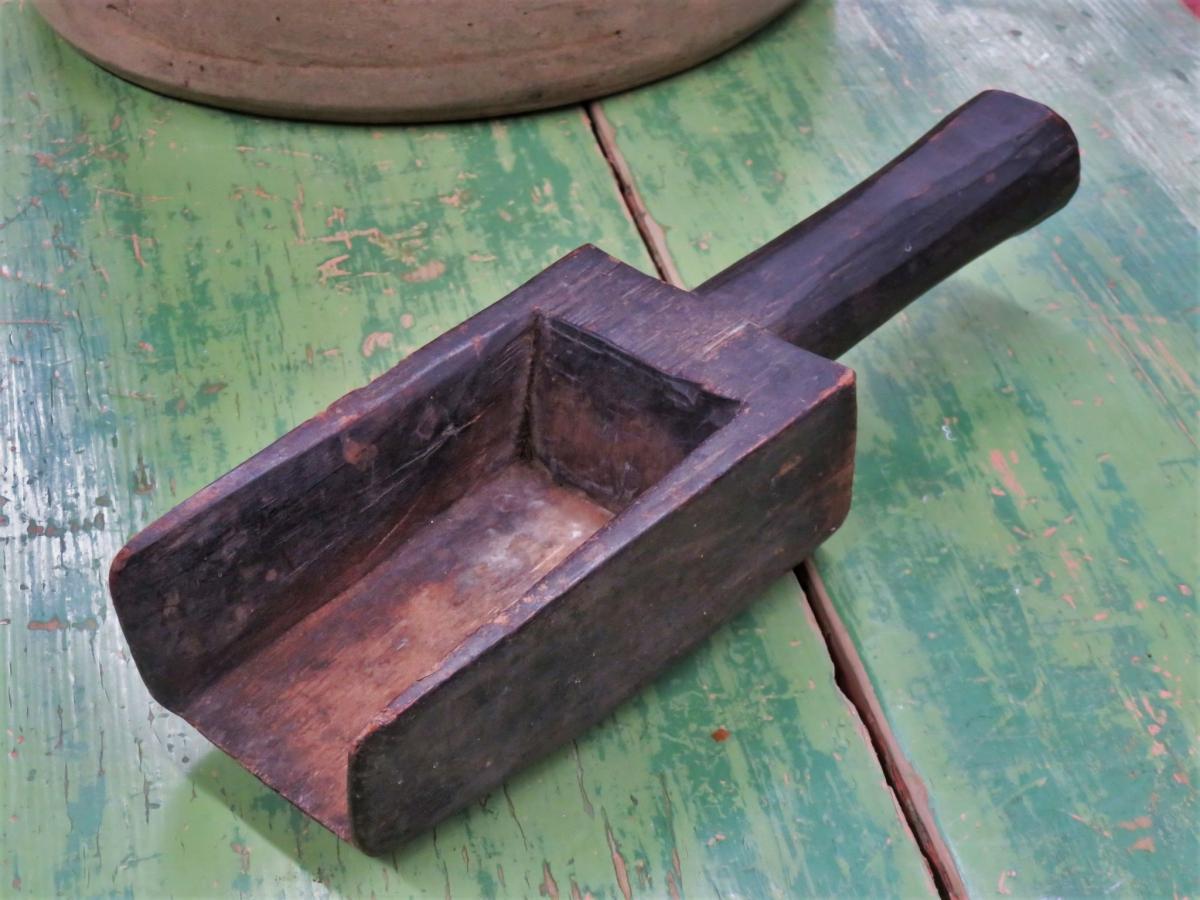 Très vieille petite pelle sculptée en bois 1