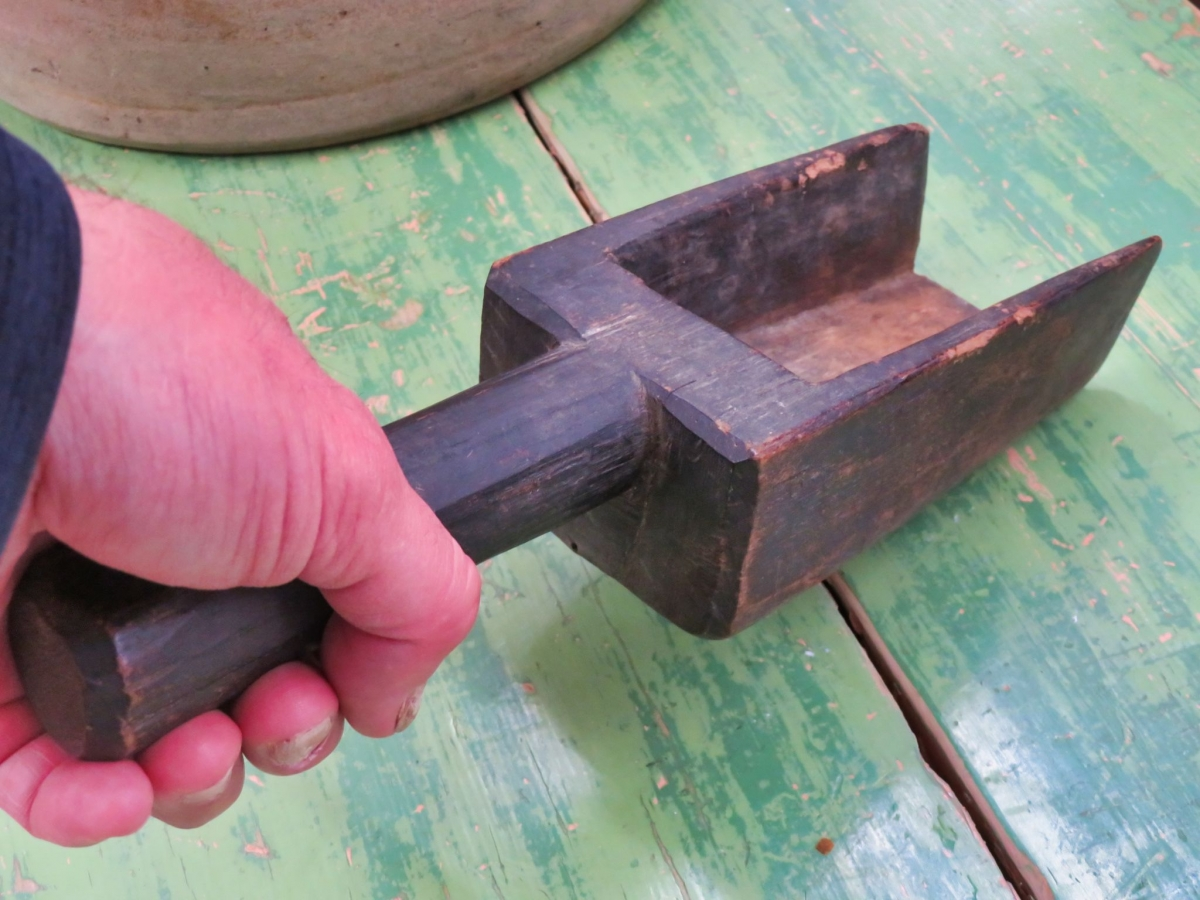 Très vieille petite pelle sculptée en bois 5