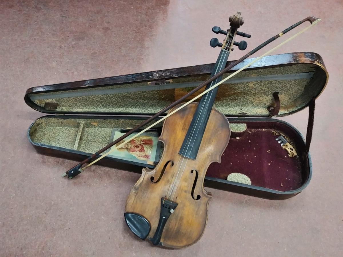 Violon, instrument de musique (brisé) 1