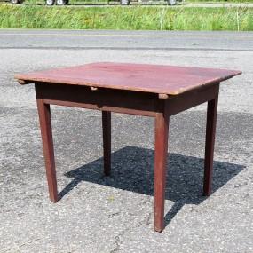 #23249 - 195$ Table en pin, clous carrés