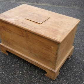 Braket foot blanket box