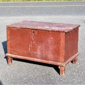 #23751 -  Petit coffre assemblé à chevilles de bois et clous forgés, superbe format 36 x 20 x 23 de haut