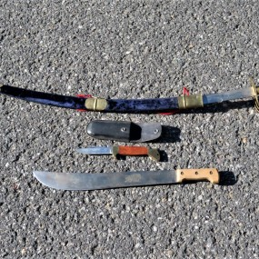 #23913 -  épée, couteau et hachette