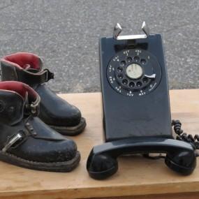 #24340 - 45$ Petites bottes de ski et téléphone murale