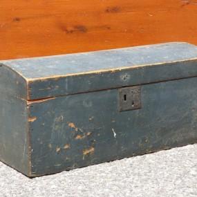 Coffre bombé, couleur d'origine et clous carrés
