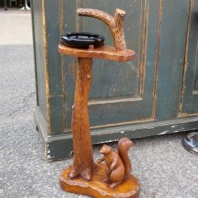 Cendrier art populaire, sculpture avec écureuil