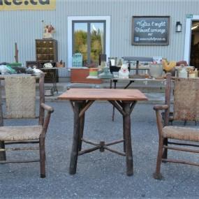 Chaises et table rustiques