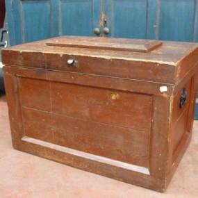 Coffre d'outils antique, clous carrés