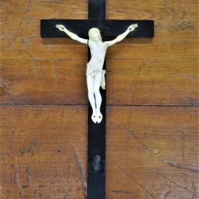 Crucifix avec corpus finement sculpté en ivoire