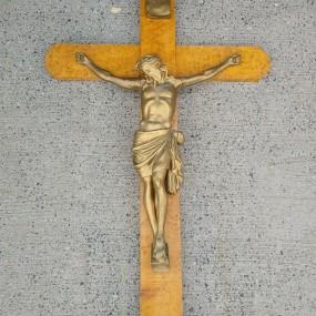 #37656 - 435$ Crucifix en érable piquée, corpus en plâtre