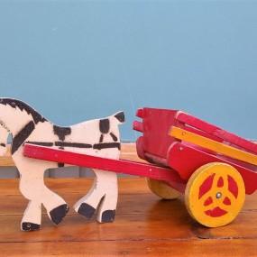 Petit jouet, cheval et sa charrette