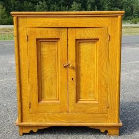 Petit meuble bahut des Ursulines, clous carrés, format exceptionnel