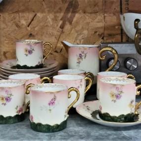 Petite ensemble à thé avec tasses et soucoupes