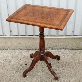 Petite table avec marqueterie sur le plateau