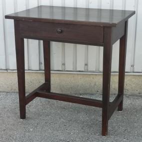 Petite table avec piétement à traverse