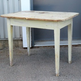Petite table, clous carrés