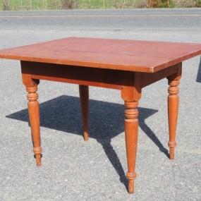 Petite table, plateau en pin