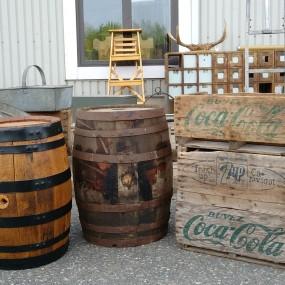Petits barils et caisses Coca-Cola et 7up