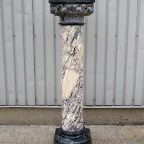 Piédestal, colonne en marbre, base et plateau craqués