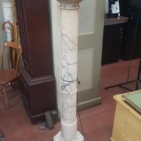 Piédestal en marbre, colonne