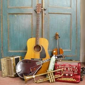 Plusieurs instruments de musique en magasin