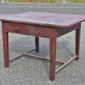 Table à piétement à entretoise en H, couleur d'origine, tiroir refait dans le passé