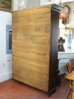 armoire antique en pin et à clous carrés
