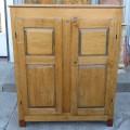 Petite armoire-bahut ornée de 8 caissons soulevés en double reliefs - 7
