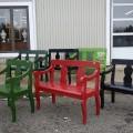 Plusieurs bancs d'entrée, bancs d'église ayant été rétrécis et colorés - 1